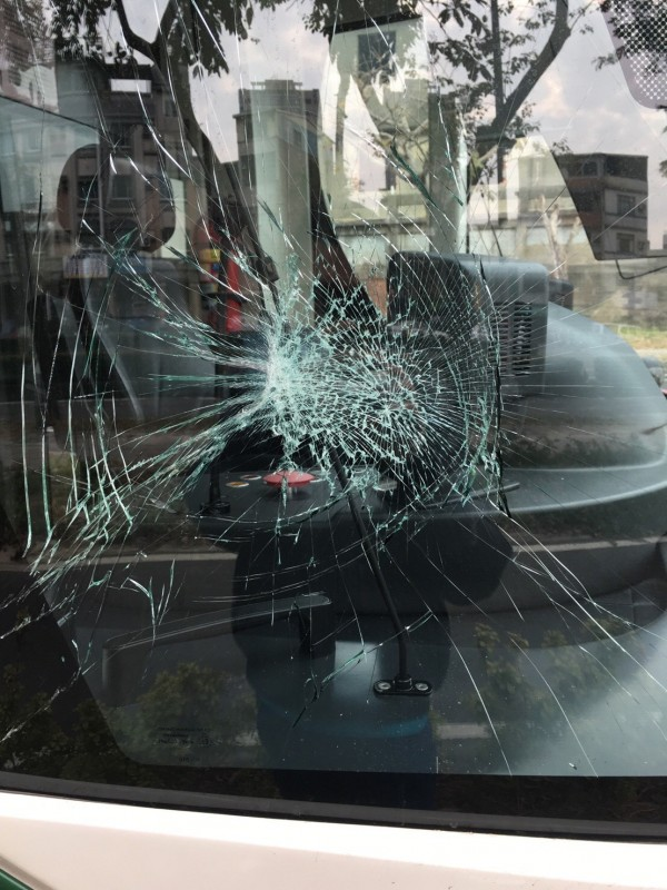 園藝工人穿越輕軌被撞,列車玻璃碎裂。(記者王榮祥翻攝)