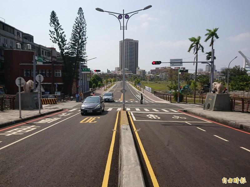 閒置10多年的台南運河金華橋今天終於開放通行。(記者洪瑞琴攝)