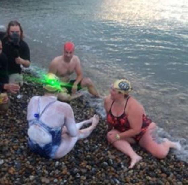 湯瑪斯在17日早晨6點30分完成第4趟賽程,在英國英格蘭(England)南岸多佛爾港(Dover)附近上岸,由於長時間待在海中,湯瑪斯的喉嚨、嘴巴以及舌頭都被鹽水嗆傷,接受媒體採訪時她聲音沙啞的表示「不敢相信真的做到了!」。上岸的湯瑪斯(左下)。(圖擷取自臉書)
