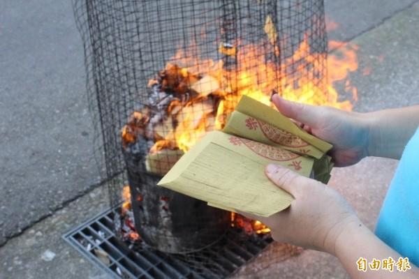 中國許多生產錫箔紙錢的店家,利用廉價鉛箔魚目混珠,導致燃燒後產生大量危害人體的氧化鉛,浙江杭州有多位民眾日前掃墓燒紙錢時,即出現鉛中毒症狀。(資料照,記者蔡淑媛翻攝)