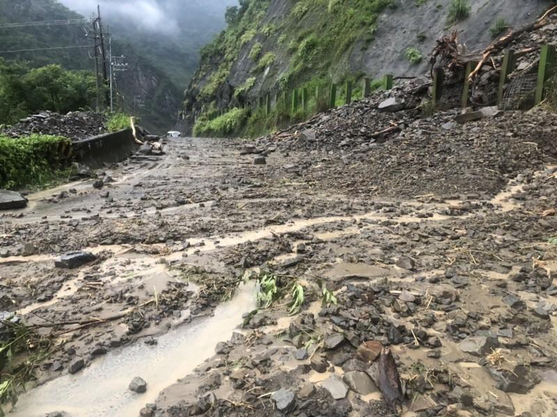 利奇馬颱風遠去,但隨後的西南風持續發威,造成中南部山區大豪雨不斷。圖為高市那瑪夏區台29線臨11便道3.2K(雙連堀路段),今天上午突然發生邊坡坍方,導致土石泥流阻斷道路。(那瑪夏區公所提供)