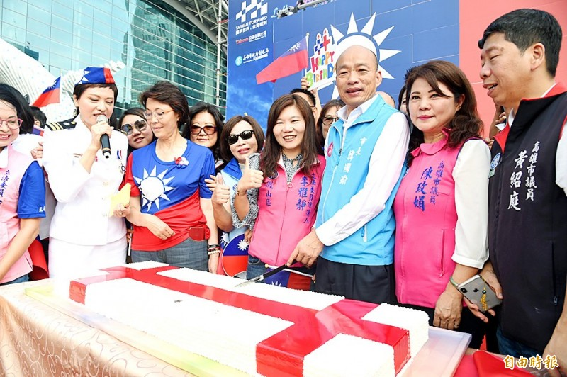 Kaohsiung Mayor Han Kuo-yu, third right, cuts a ceremonial cake at a Double Ten National Day event in Kaohsiung yesterday. Photo: Chang Chung-i, Taipei Times