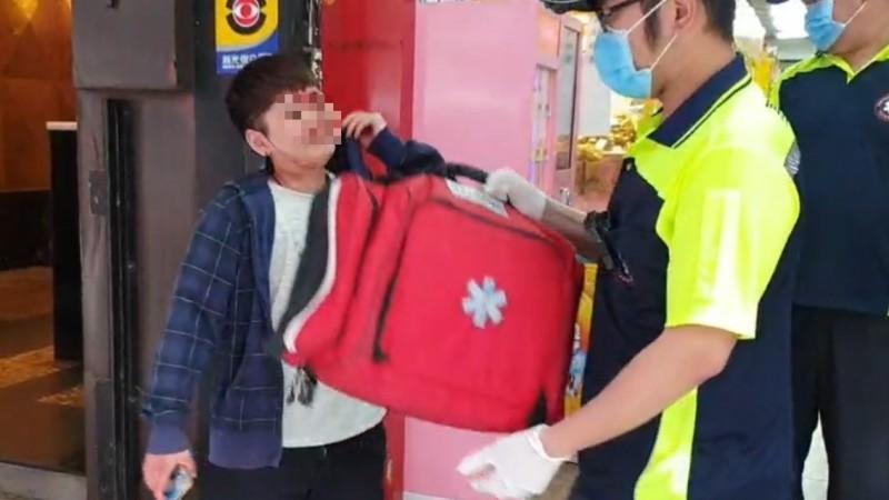 女子左眼角被打傷,滿臉是血搭電梯下樓,拒絕讓消防員替她包紮傷口,逕自離開。(記者林嘉東翻攝)