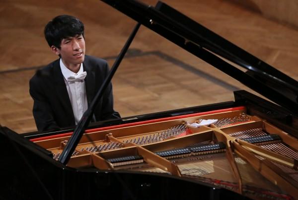 近日於波蘭華沙舉辦、5年一度的蕭邦國際鋼琴大賽結果已於當地時間週三公布,其中台裔美籍少年陸逸軒(Eric Lu)以精湛的表現順利奪下第4名,為台灣之光再添一筆。(歐新社)
