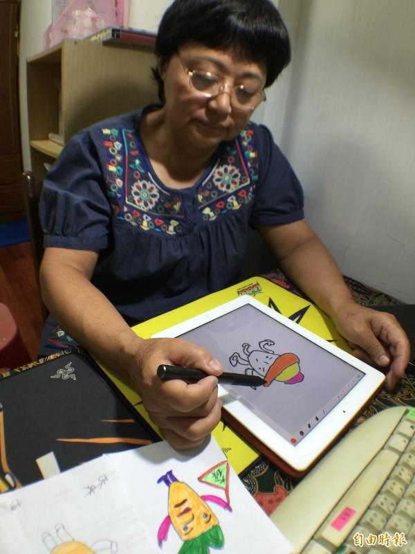年過半百、國小肄業的清潔工阿霞姐,在兒女教導下,學會用iPad畫出令人噴飯的LINE貼圖《扁狐人》。(記者陳炳宏攝)
