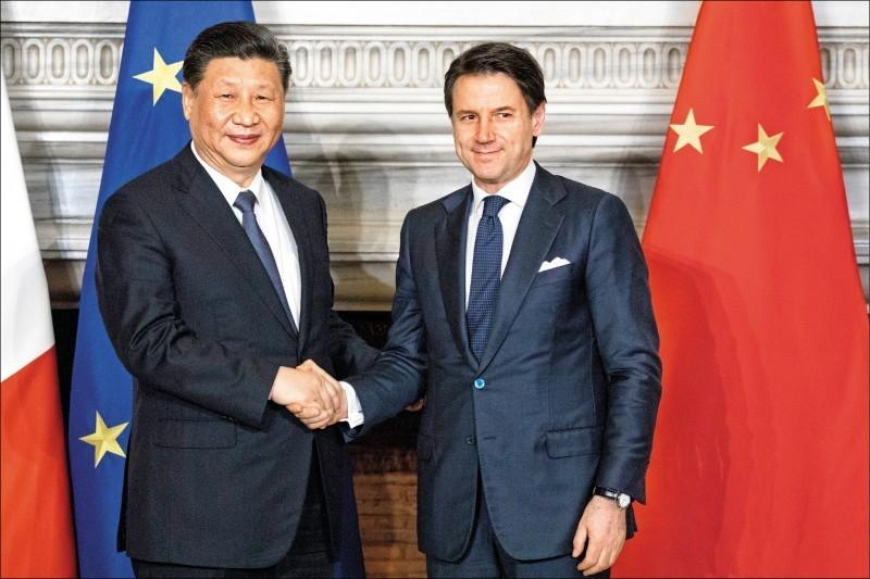 義大利總理孔蒂(右)和中國國家主席習近平(左)日前在「一帶一路」計畫合作備忘錄簽署儀式上握手。(彭博)