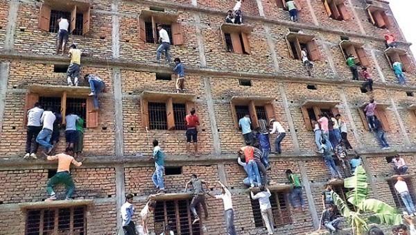印度父母望子成龍,常常不擇手段幫助孩子取得高分,誇張行徑如爬高樓遞小抄,多次鬧上全球新聞版面。(圖擷取自印度斯坦時報)