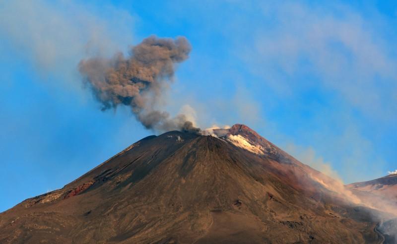 義大利西西里島最大的活火山埃特納火山(Mount Etna)19日晚間噴發,導致第二大城卡塔尼亞(Catania)上的2座機場一度關閉。(美聯社)