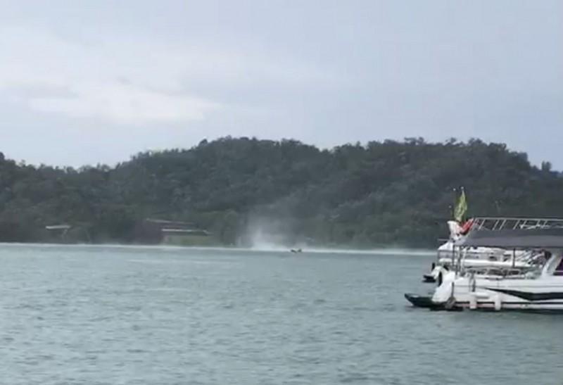 鹿颱風過境,在南投日月潭帶來強風,日月潭湖面甚至捲起「渦旋」,日管處緊急停航。(記者劉濱銓翻攝)