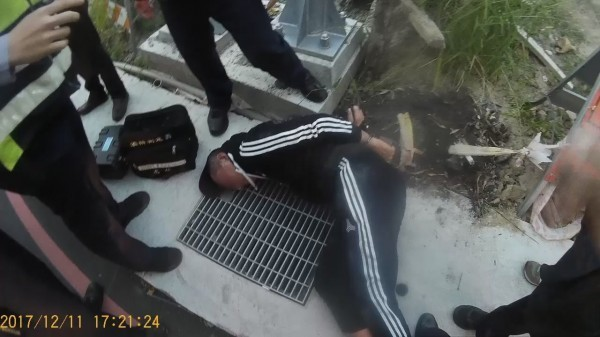 江嫌被捕時躺在地上,喝得爛醉醜態百出。(資料照)