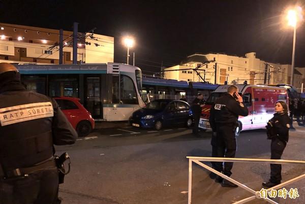 巴黎郊區於昨(11)晚發生路面電車相撞事件,造成11人輕傷、1人重傷。(法新社)