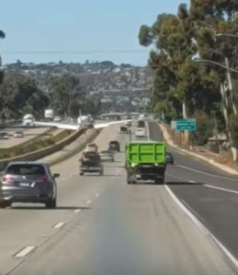 小飛機迫降時避開車輛。(圖擷自YouTube)