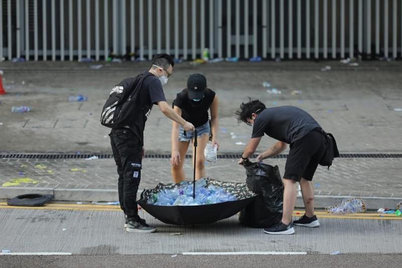 示威者自發性地在現場善後環境、收拾垃圾。對此,攝影師張國耀表示,「暴民怎麼可能會被警察射催淚彈後還自己撿垃圾呢?」(攝影師張國耀授權)