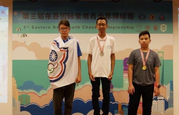 頒獎當天施律仲還披上台灣奧運會旗受獎,著實為國爭光。(記者許國楨翻攝)