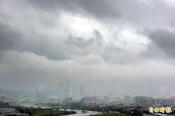 受滯留鋒面影響,各地天氣轉趨不穩定,中央氣象局表示,全台各地都有機會出現陣雨,目前北部下雨較少,中南部仍持續降雨,但雨勢比較間歇,預計下半天起雨勢將增強,下午到晚間會有大雨或豪雨發生機率。(資料照,記者方賓照攝)