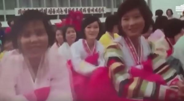 影片中北韓公民相當開心。(圖擷自YouTube)