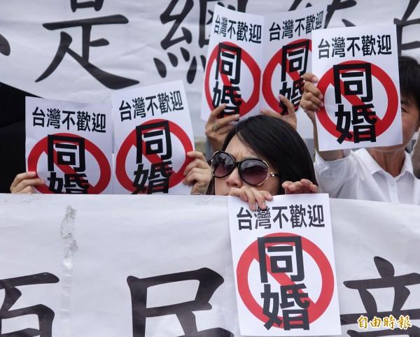 反同婚團體在司法院外高舉標語,強調台灣不歡迎同婚。(記者劉信德攝)