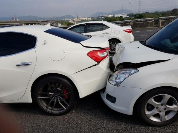 25日國道三號北上214.8公里處發生一起車禍,後方鈴木汽車的車頭碰到前方瑪莎拉蒂的車尾。(圖擷自臉書社團「台灣新聞記者聯盟資訊平台」)