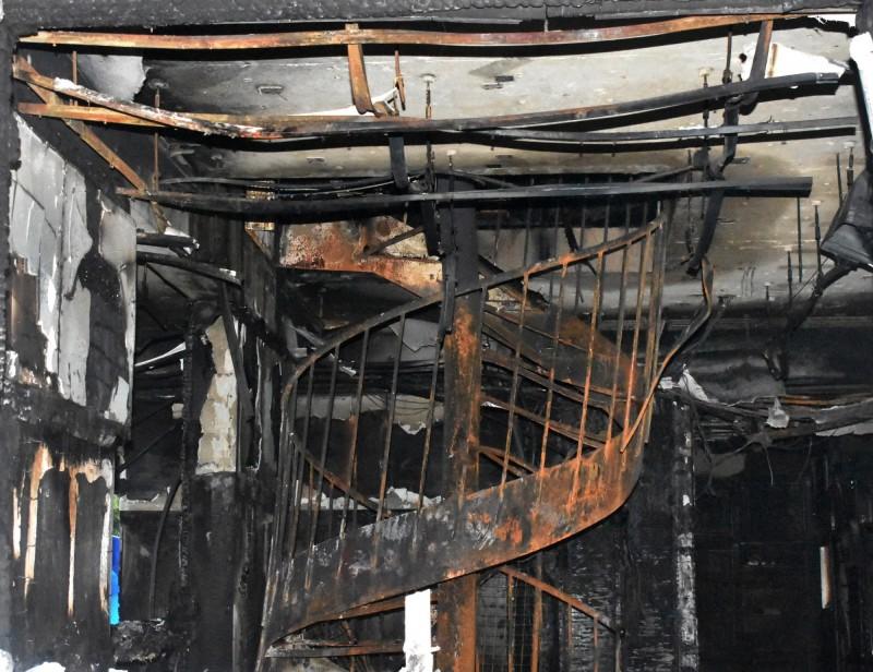 針對旋轉樓梯是否造成煙囪效應,導致災情擴大一事,消防局表示一切都在消防法規之中。(歐新社)