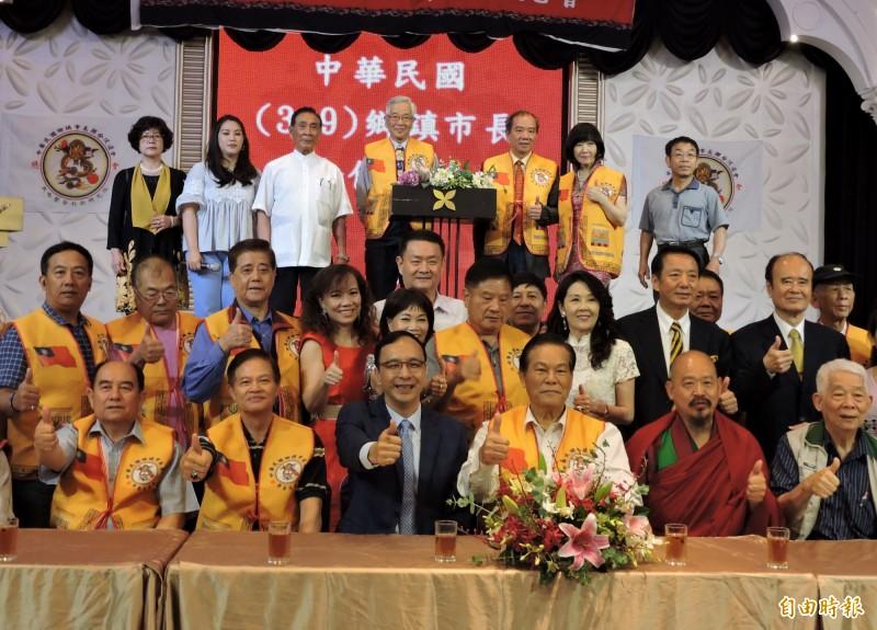 有意角逐國民黨內總統初選的前新北長朱立倫(第1排左3)今天也出席這場「中華民國鄉鎮市長聯合促進會」活動,讓主辦單位面子十足。(記者張菁雅攝)