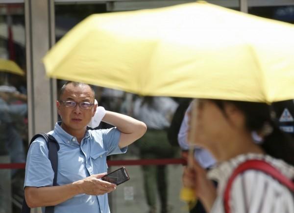 受熱帶性低氣壓或颱風外圍沉降影響,各地高溫炎熱,除宜蘭及離島,氣象局持續對全台17縣市發布高溫資訊,其中雙北及高雄、台東為橙色燈號。(美聯社)