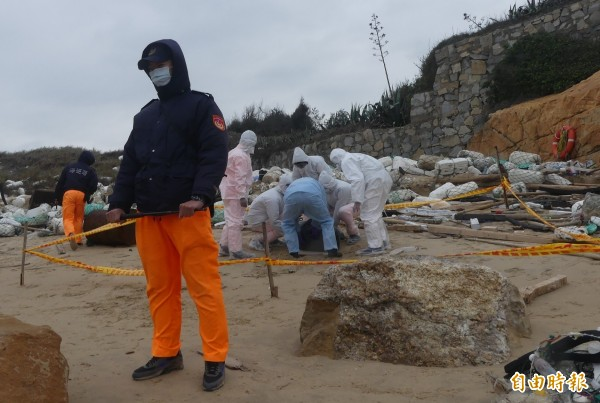 金門岸巡隊在海邊發現死豬屍體,立刻派員封鎖現場實施管制。(資料照)