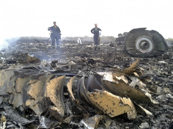 馬航MH17班機17日遭擊落,當時機身殘骸四散。(路透)