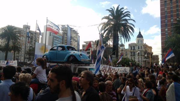 穆西卡發表告別演說,上千人擠爆廣場。(圖擷取自《今日俄羅斯》網站)