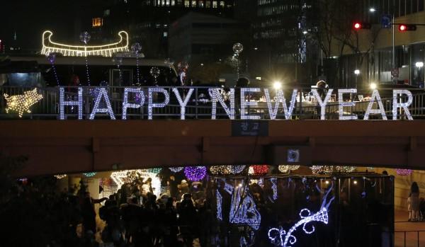 南韓街頭有相當多的新年燈飾,民眾也在路上感受跨年的氛圍。(歐新社)