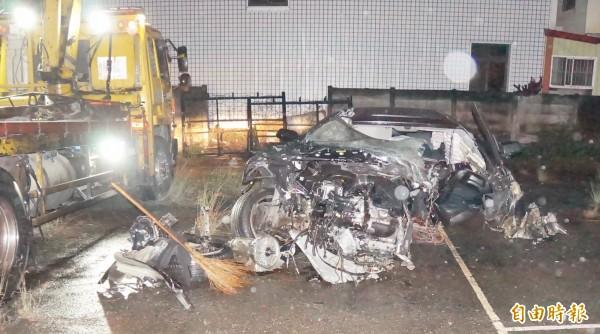 車輛直接紐澤西護欄,變成一堆廢鐵。(記者詹士弘攝)