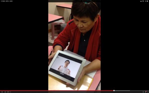 在問卷進行到最後,民調員播放一段影片,宣揚連勝文悠遊卡的「功勞」。(圖擷自YouTube)