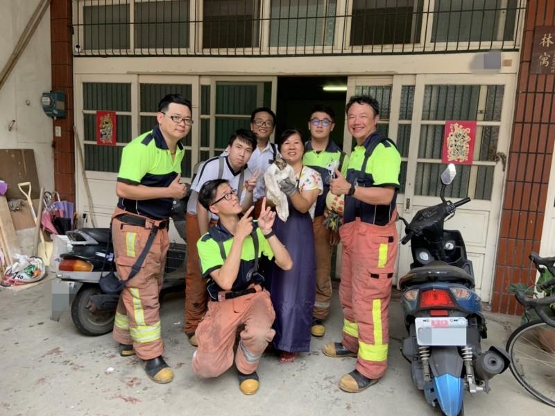 新竹市消防局光復分隊的消防隊員執行一起「卡管」貓咪救援任務,花了2個半小時,還有隊員哀鳳手機掉落摔裂。(記者洪美秀翻攝)