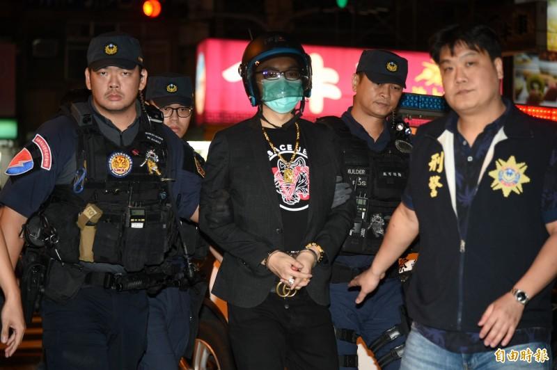 連千毅在新北市中和被捕後,今晚6點25分被押回高雄市刑大偵辦。(記者張忠義攝)