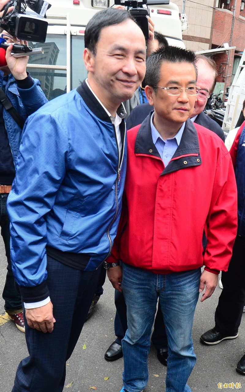立委補選,前新北市長朱立倫(左)陪同三重區國民黨立委補選候選人鄭世維投票。(記者王藝菘攝)