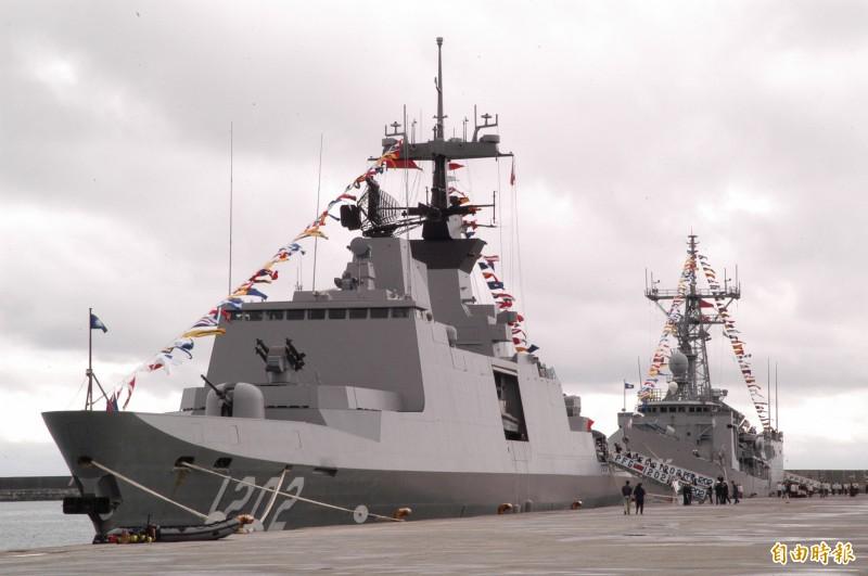 民進黨立委王定宇近日爆料敦睦艦隊有機密任務,部長嚴德發表示,該3條船艦從帛琉回來之後,因位置正好在南部海面,而中共遼寧號航母又剛好在4月12日經巴士海峽往西南走,因此就派敦睦艦隊其中2艘作戰艦前往監控,圖為執行監控任務之一的康定艦。(資料照)