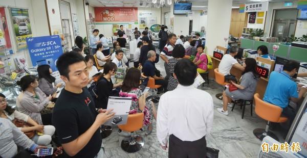 引發電信業大亂鬥的499吃到飽方案,今天進入申辦最後一天,中華電信9:30舉行記者會說明方案後續處理情形。(記者方賓照攝)