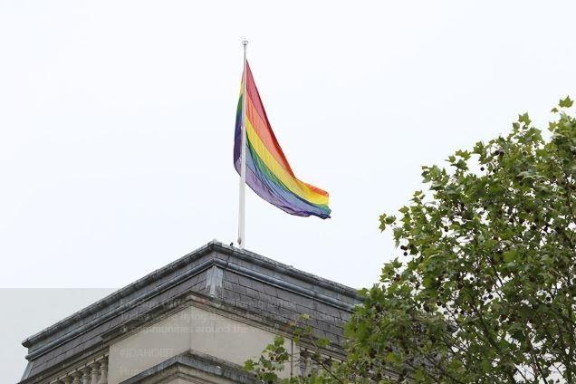 今日為「世界不再恐同日」(IDAHOT),英國外交部掛上彩虹旗慶祝。(圖取自英國外交部推特@foreignoffice)