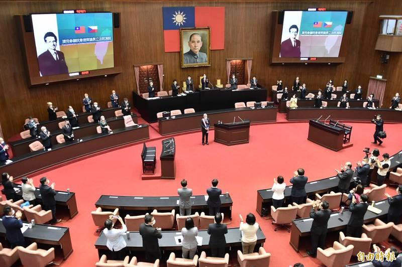 韋德齊在其演說中以中文說出「我是台灣人」作結,立委紛紛起立鼓掌,全場掌聲不絕於耳。(記者塗建榮攝)