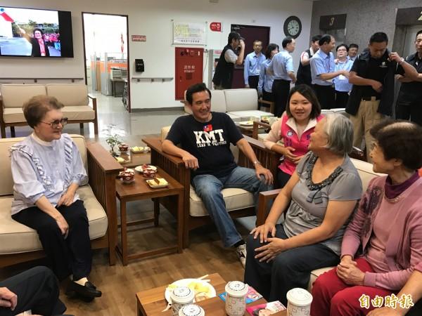 前總統馬英九(中)今至仁愛之家長者閒話家常,發表談話時不慎口誤指「香港又老又窮」。(記者洪臣宏攝)