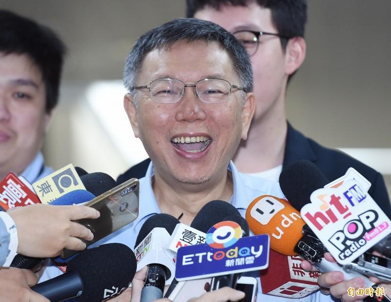 台北市長柯文哲19日回應媒體提問時表示,郭台銘探訪松仁路,總該不會要選里長吧!(記者廖振輝攝)