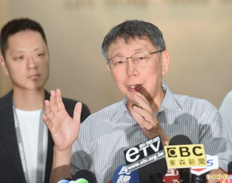 針對時事問題,台北市長柯文哲23日接受媒體採訪。(記者方賓照攝)