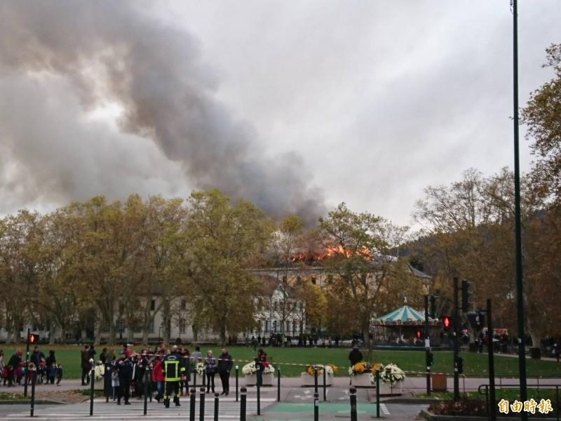 安錫(Annecy)市政廳今(14)日驚傳火災,遠處可見濃濃黑煙沖天和火舌。(讀者提供)