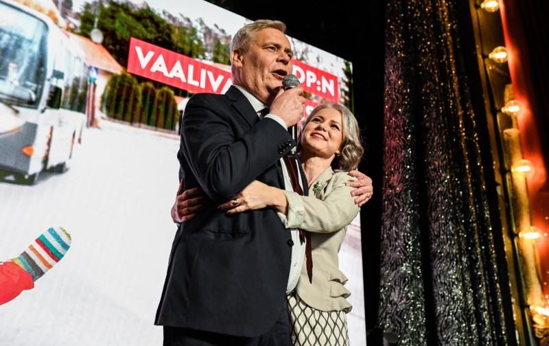 芬蘭社民黨魁李納(左)慶祝社民黨贏得國會大選;右為他的妻子Heta Ravolainen-Rinne。(歐新社)