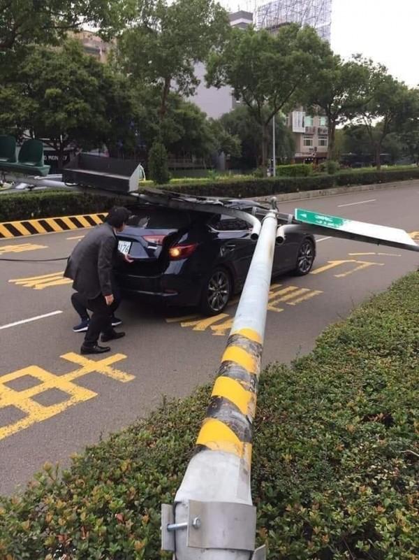 新竹竹北大風來襲,路上的紅路燈被吹倒,有車輛當場受到波及,所幸車主沒有大礙。(圖擷取自「爆廢公社」)
