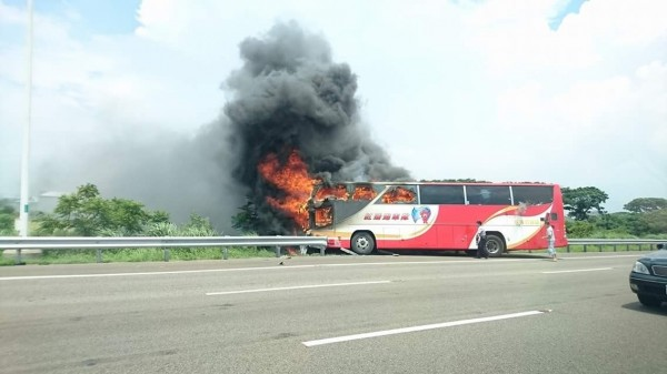 國道2號遊覽車火燒車,震驚中南海。(圖擷取自臉書;記者吳仁捷翻攝)
