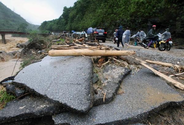 越南北部連日暴雨成災,多數道路都被摧毀。(歐新社)