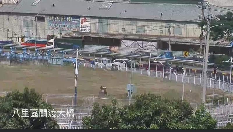 關渡橋驚傳死亡車禍,警方已在現場處理,但目前也造成車輛回堵。(圖擷自《細說淡水》臉書)
