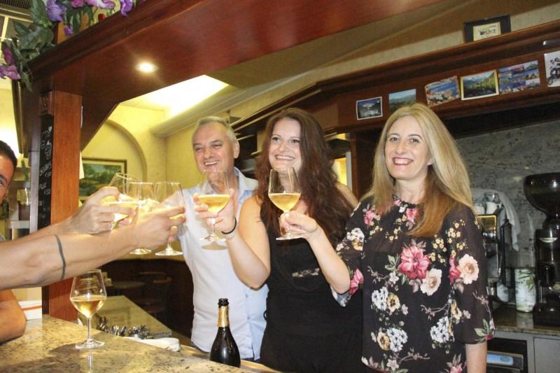 義大利超級大樂透(SuperEnalotto)開出該國歷來最高額的2億900萬歐元頭彩獎金,賣出彩券的酒吧老闆開心的與大家舉杯慶祝。(歐新社)