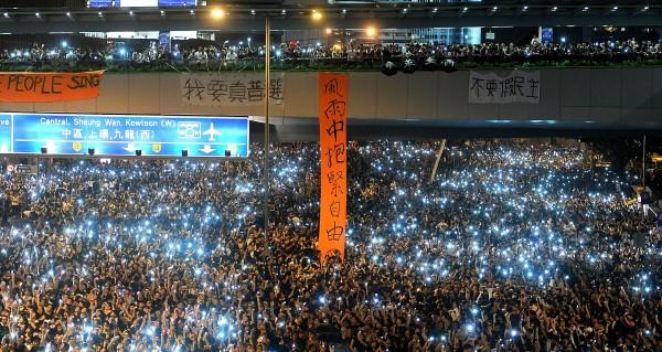 香港佔中,民眾擠滿政府總部前,並點亮手機燈光形成壯觀燈海。(特派記者方賓照攝)