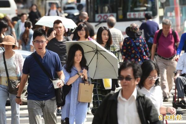 花東及恆春半島整天不定時有陣雨或雷雨,西半部及東北部預測高溫在33至35度,比昨天更為悶熱。(資料照)